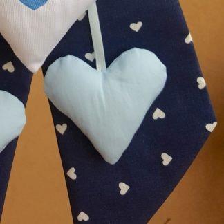 tessuto blu a cuori bianchi