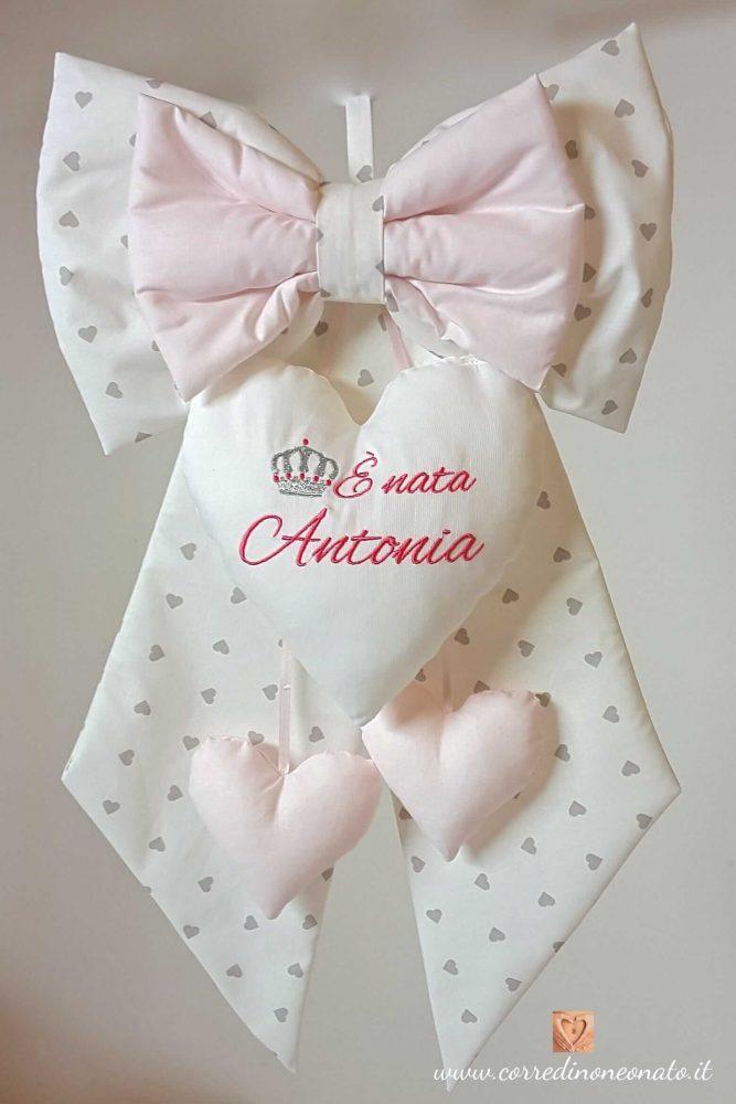 Top Fiocco nascita bianco con cuoricini grigi e riporti rosa  CW55