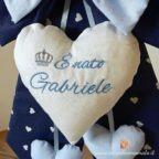 cuore bianco con ricamo in azzurro coccarda nascita bimbo gabriele blu
