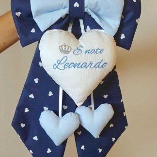 coccarda per nascita bimbo Gabriele con cuori pendenti azzurri su lembi blu