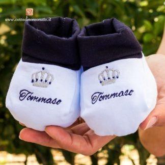 Babbucce bianche e blu con corona per Tommaso