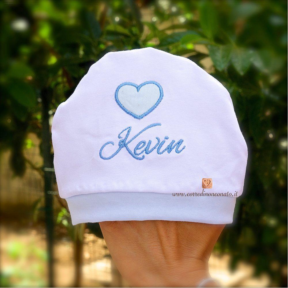 Cappellino neonato con cuore per Kevin  fresco 02d5b68963a2