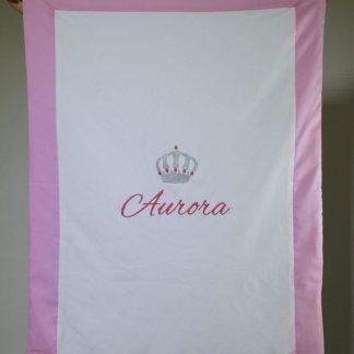 Coperta bianca e rosa con corona per Aurora