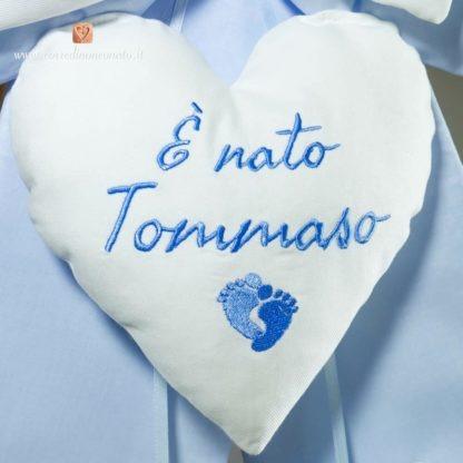 Fiocco azzurro cielo e bianco con piedini per Tommaso