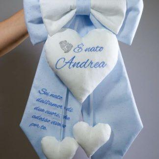 Fiocco glitterato azzurro e bianco con frase per Andrea