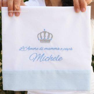 Lenzuolo bianco e azzurro glitterato con corona per Michele