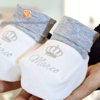 Babbucce neonato in ciniglia in bianco e melange con ricamo nome marco e coroncina.