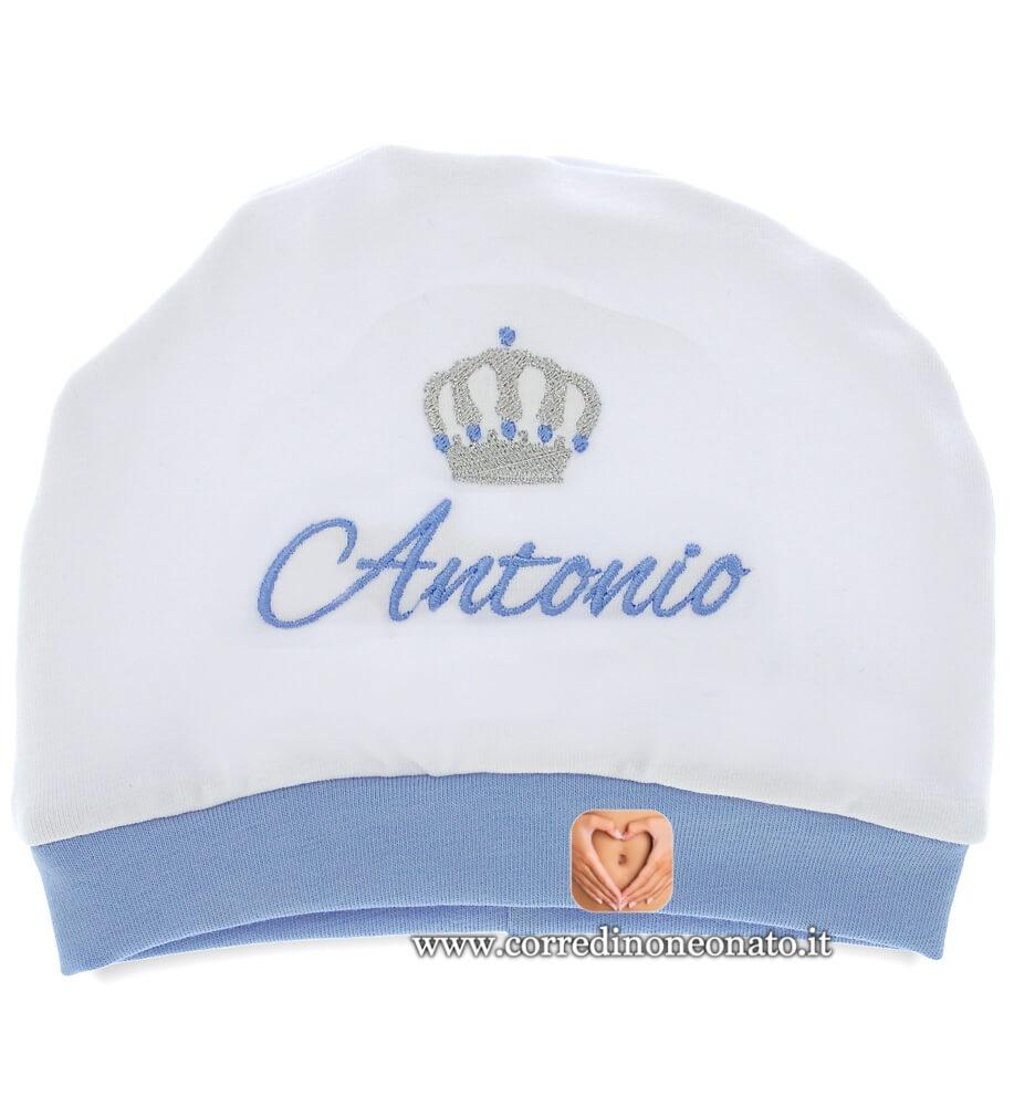 Cappellino neonato in cotone bianco e azzurro ricamato per Antonio. 63cc14c865be