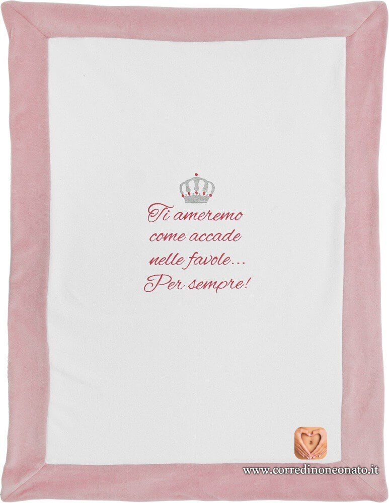 Copertina In Ciniglia Bianca E Rosa Con Ricamo Di Una Corona E Frase