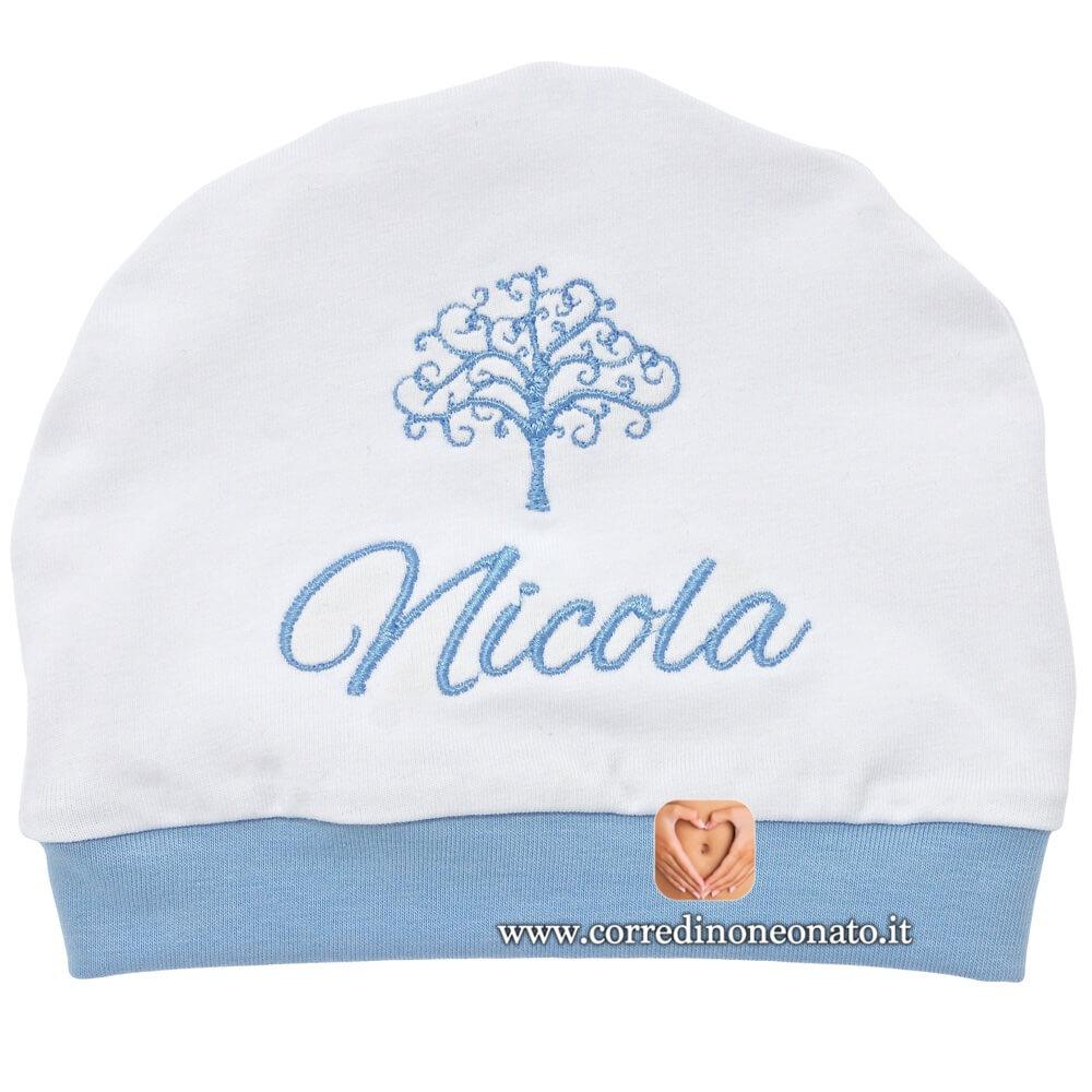 Cappellino neonato in cotone bianco e azzurro ricamato per Nicola. 5893b19dcdd0