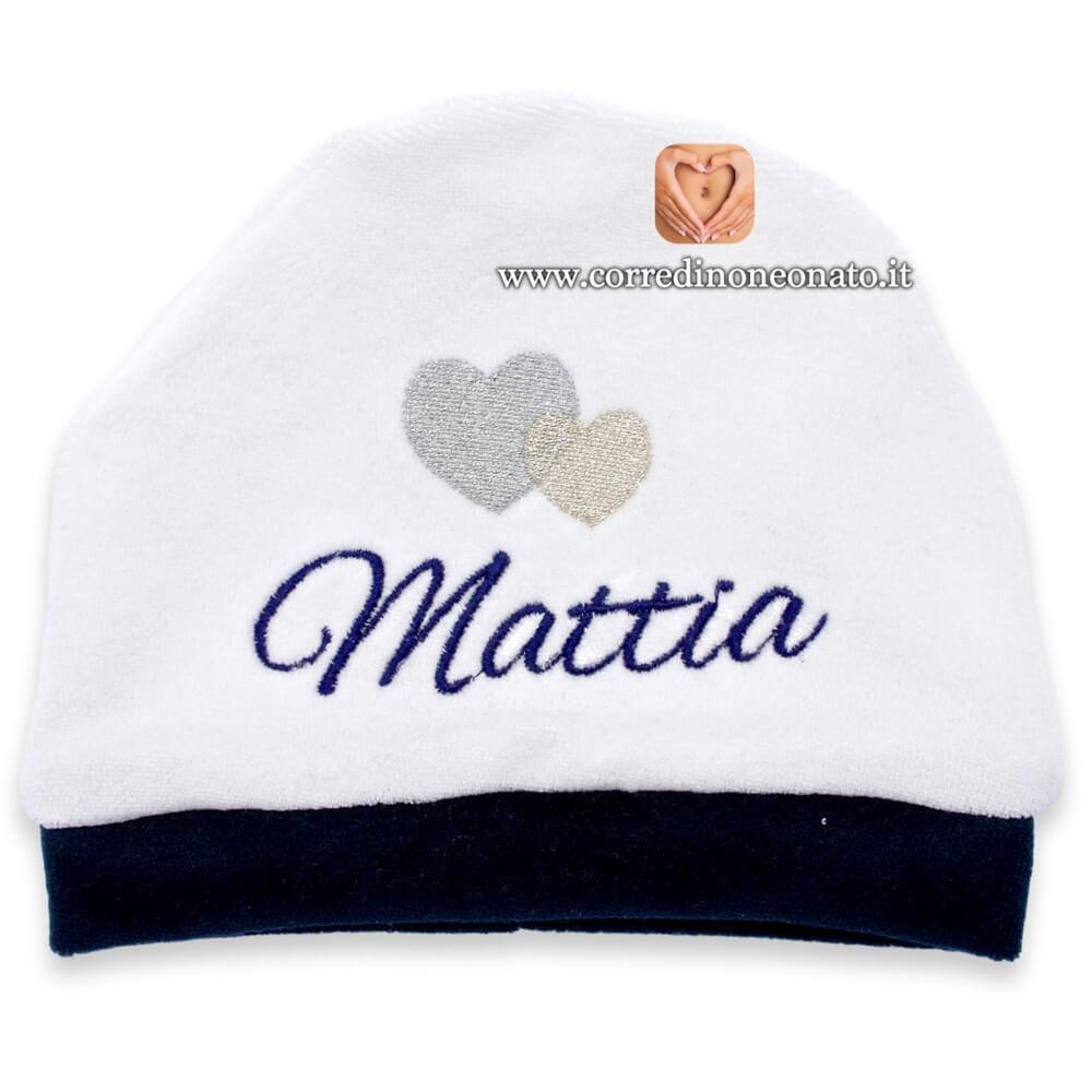Cappellino neonato in ciniglia con ricamo nome Mattia e due cuoricini. 4a50bb72a992